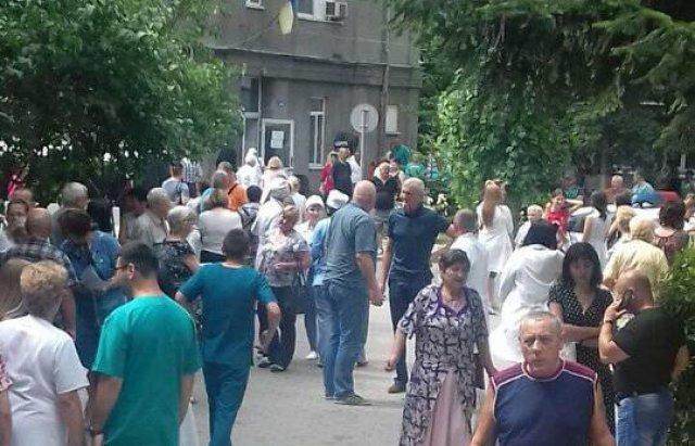 """У Мукачеві """"замінували"""" центральну лікарню - пацієнтів та працівників терміново евакуйовували (ФОТО), фото-4"""