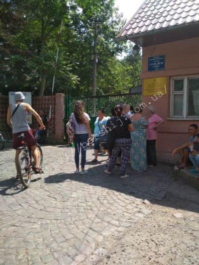 """У Мукачеві """"замінували"""" центральну лікарню - пацієнтів та працівників терміново евакуйовували (ФОТО), фото-1"""