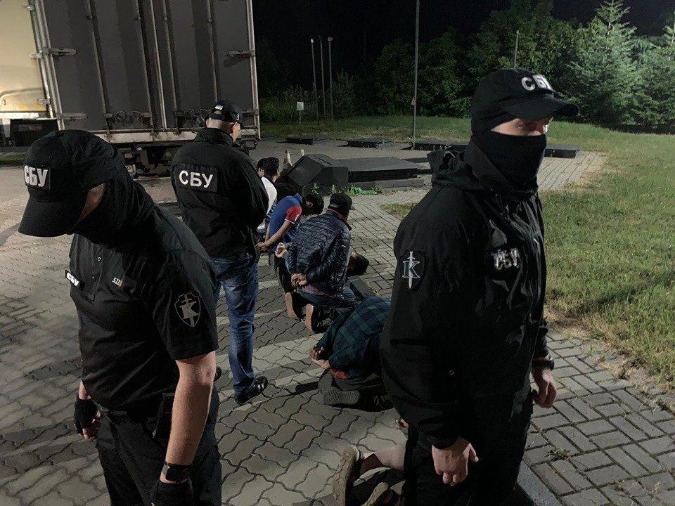 Спецоперація поблизу кордону:  на в'їзді в Ужгород  затримали нелегалів  та їх провідників  (ФОТО), фото-1