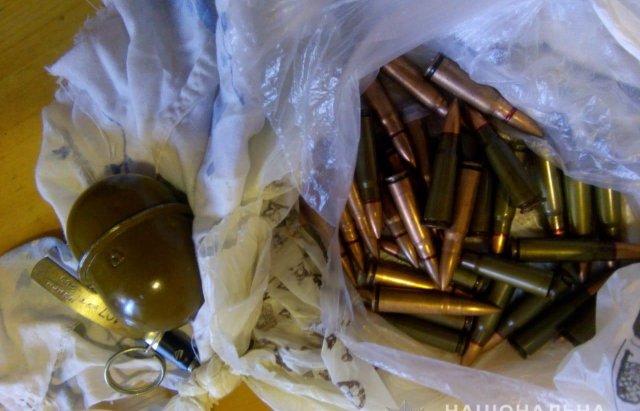 Продавав гранати: Закарпатські правоохоронці затримали чоловіка під час спроби збуту вибухівки, фото-1