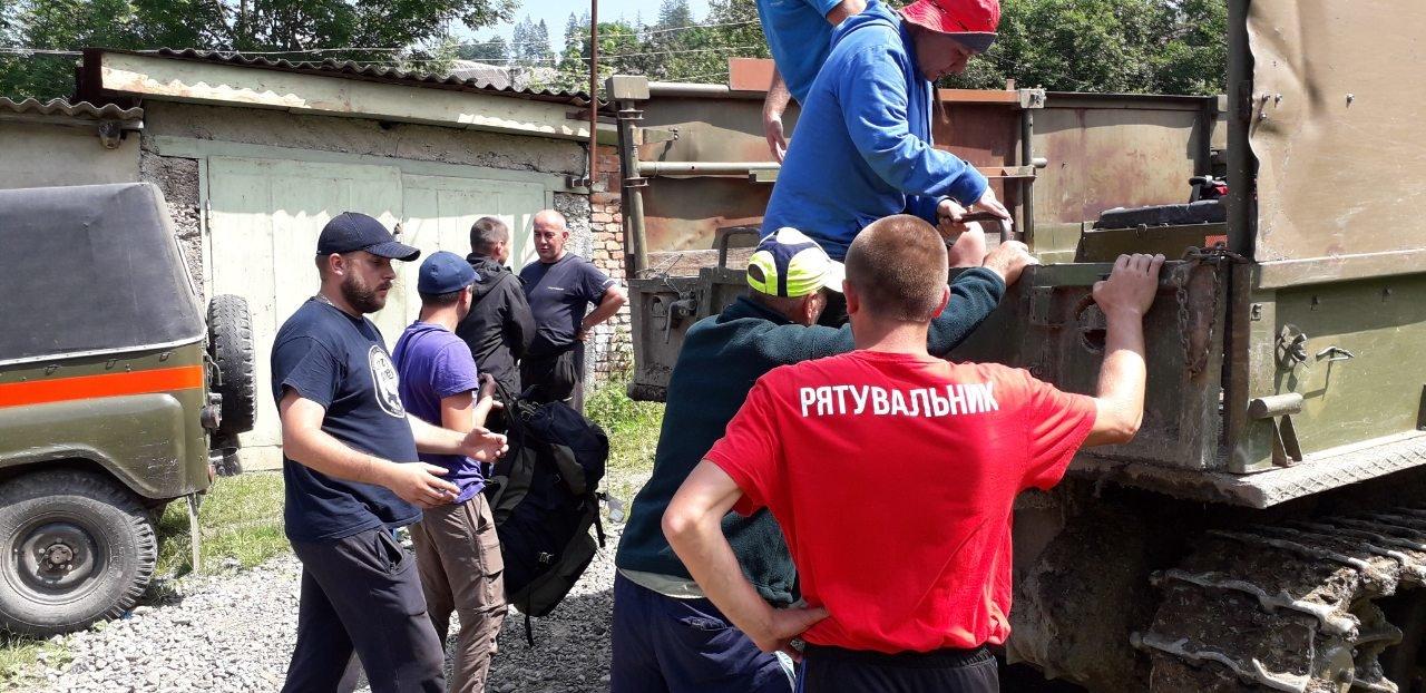 Закарпатські рятувальники спускали з гір туриста, що травмував ногу (ФОТО), фото-1