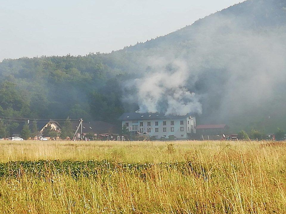 У туристичному комплексі на Закарпатті, що загорівся зранку, відпочивало близько 70 дітей (ВІДЕО), фото-1