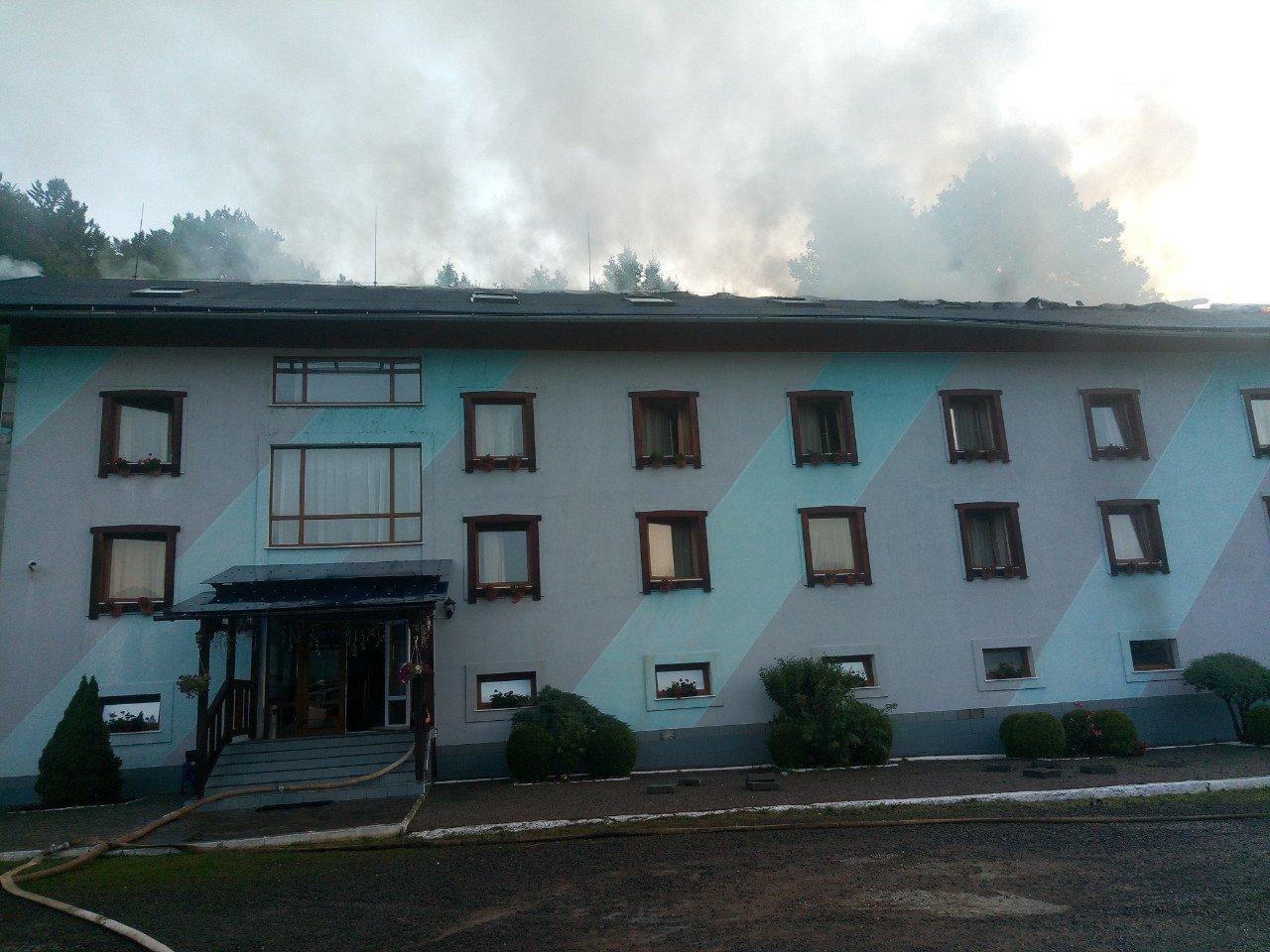Офіційні подробиці пожежі у туристичному комплексі на Закарпатті, в якому відпочивало 77 дітей-туристів (ФОТО, ВІДЕО), фото-1