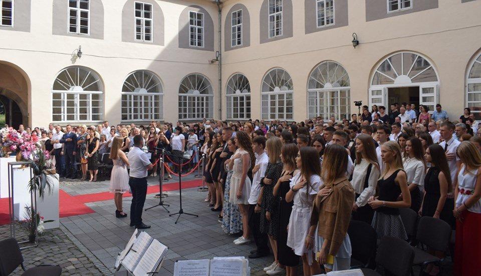 В Ужгороді вручили 60 золотих та срібних медалей випускникам 2019 року (ФОТО), фото-1