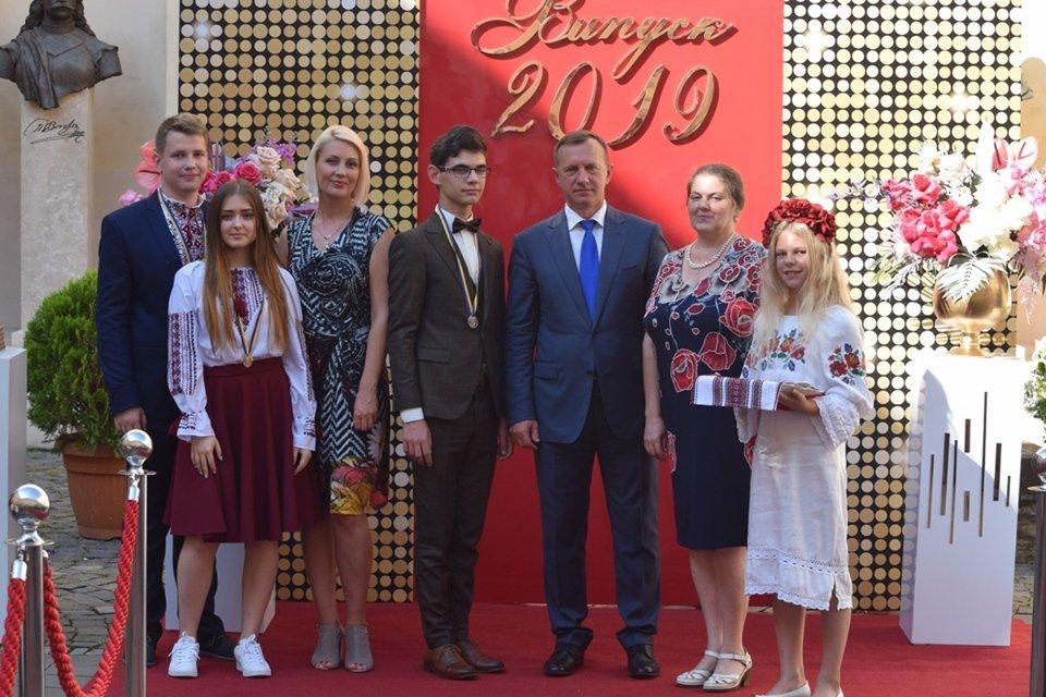 В Ужгороді вручили 60 золотих та срібних медалей випускникам 2019 року (ФОТО), фото-8