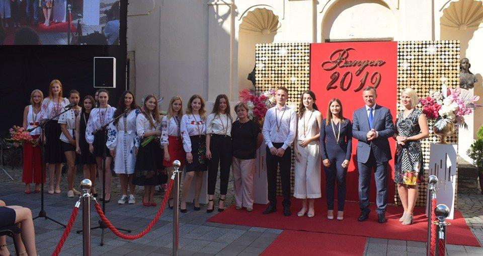 В Ужгороді вручили 60 золотих та срібних медалей випускникам 2019 року (ФОТО), фото-4