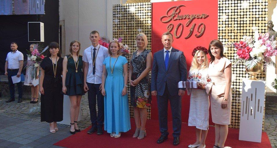 В Ужгороді вручили 60 золотих та срібних медалей випускникам 2019 року (ФОТО), фото-7