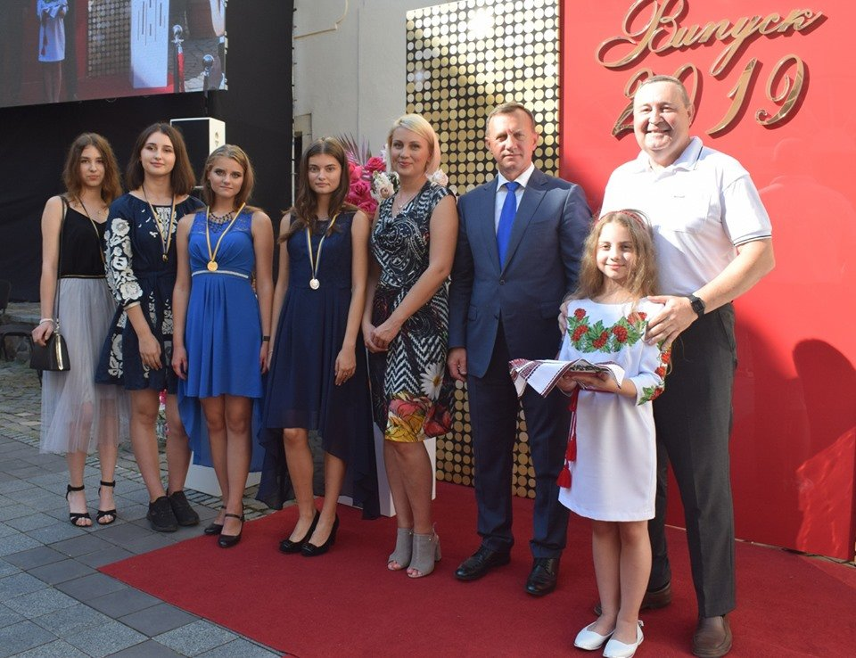 В Ужгороді вручили 60 золотих та срібних медалей випускникам 2019 року (ФОТО), фото-6
