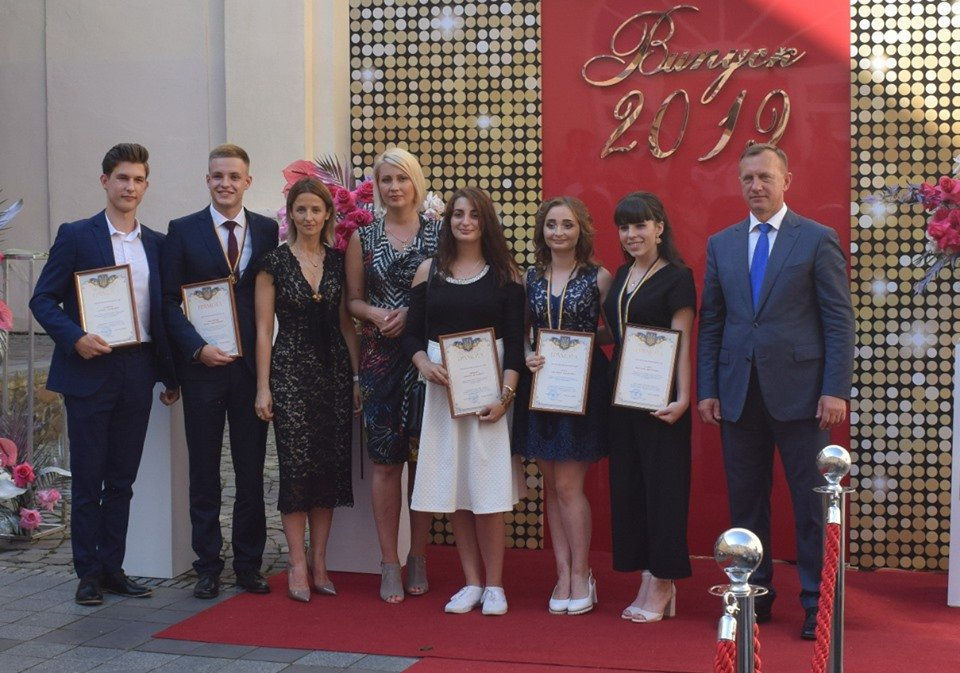 В Ужгороді вручили 60 золотих та срібних медалей випускникам 2019 року (ФОТО), фото-16