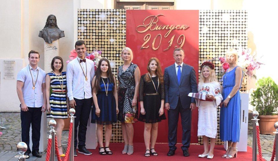 В Ужгороді вручили 60 золотих та срібних медалей випускникам 2019 року (ФОТО), фото-14