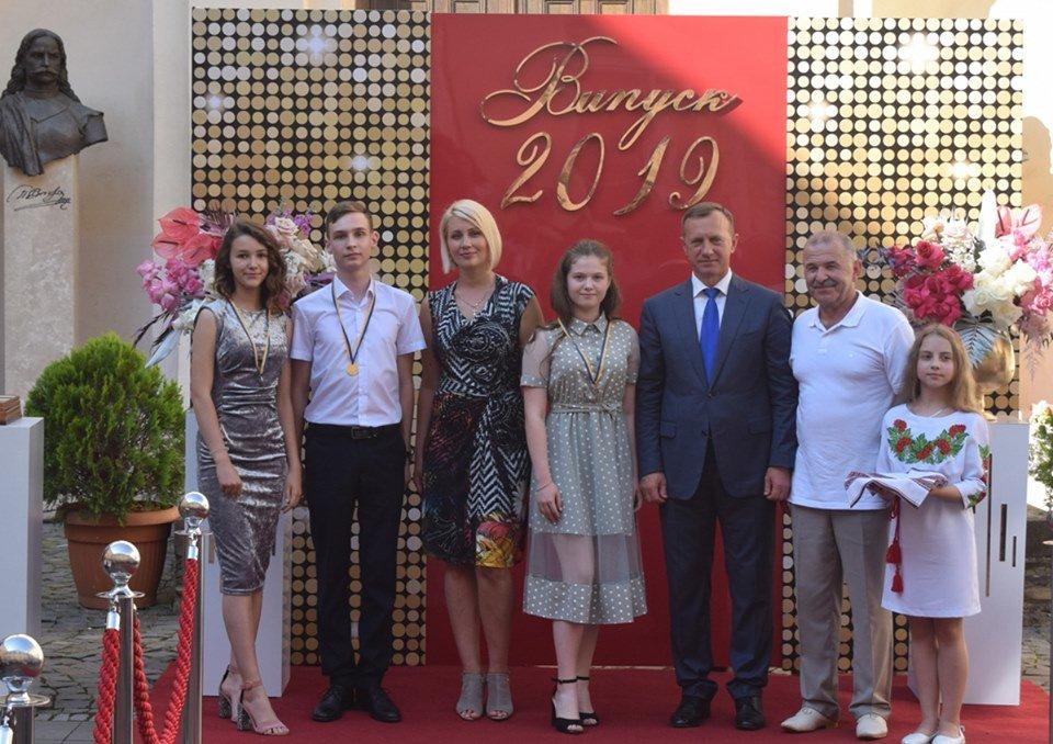 В Ужгороді вручили 60 золотих та срібних медалей випускникам 2019 року (ФОТО), фото-15
