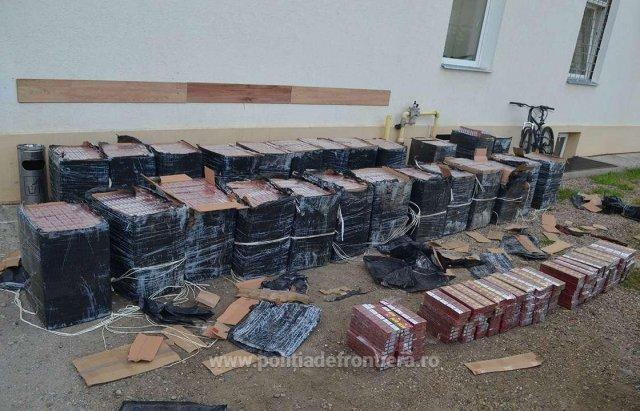 Румунські прикордонники влаштували погоню за контрабандистами, які кинули цигарки і втекли вплав через Тису (ФОТО), фото-1
