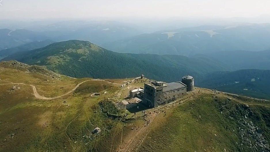 В мережі показали вершину-двотисячник Українських Карпат з висоти пташиного польоту (ВІДЕО), фото-1