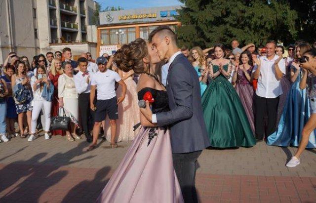 Романтична несподіванка: На Закарпатті випускник освідчився коханій прямо на випускному балу (ФОТО), фото-10