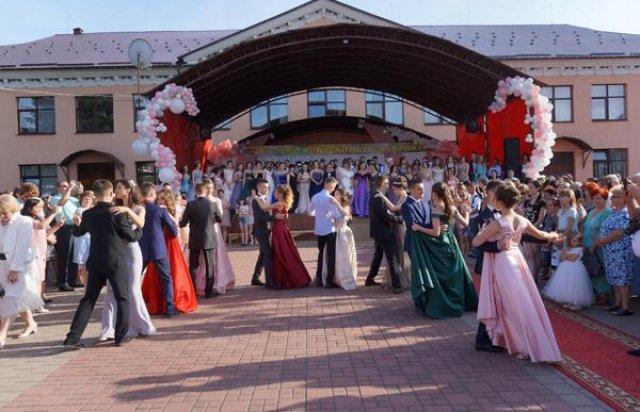 Романтична несподіванка: На Закарпатті випускник освідчився коханій прямо на випускному балу (ФОТО), фото-7