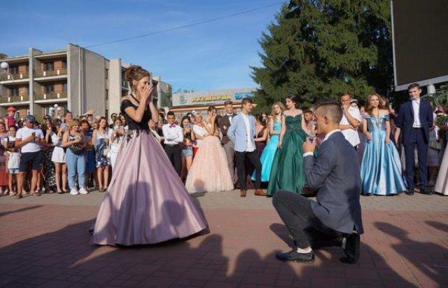 Романтична несподіванка: На Закарпатті випускник освідчився коханій прямо на випускному балу (ФОТО), фото-8