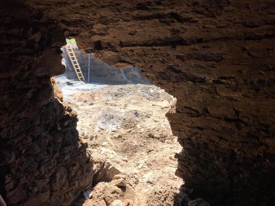В Ужгороді на Поштовій під час земляних робіт натрапили на ймовірно старовинний підвал (ФОТОФАКТ), фото-3