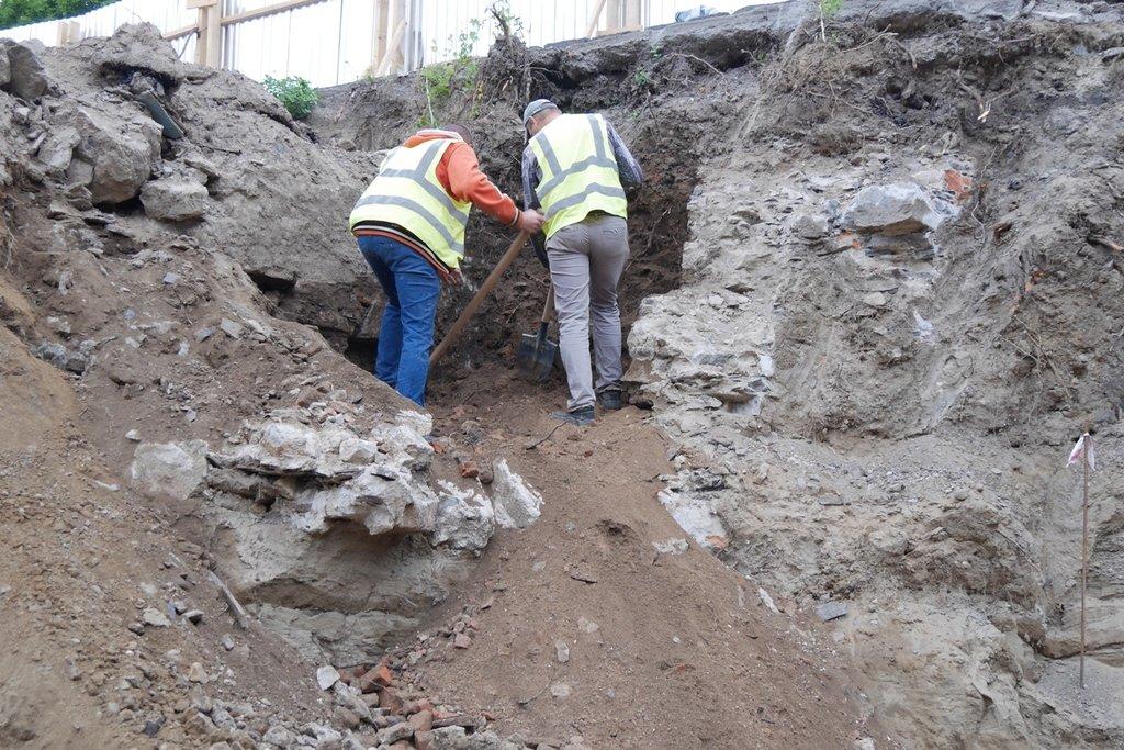 В Ужгороді на Поштовій на місці виявлення старовинних підвалів проводиться розчищення території (ФОТО), фото-2
