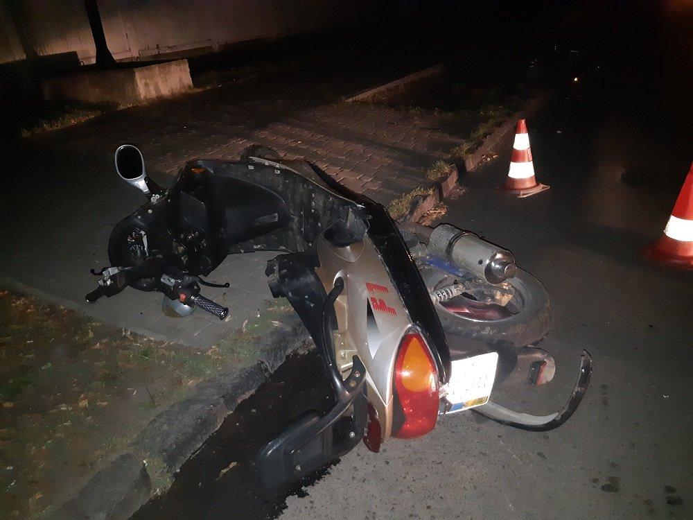 В Ужгороді вночі скутер врізався в автомобіль (ФОТО), фото-1