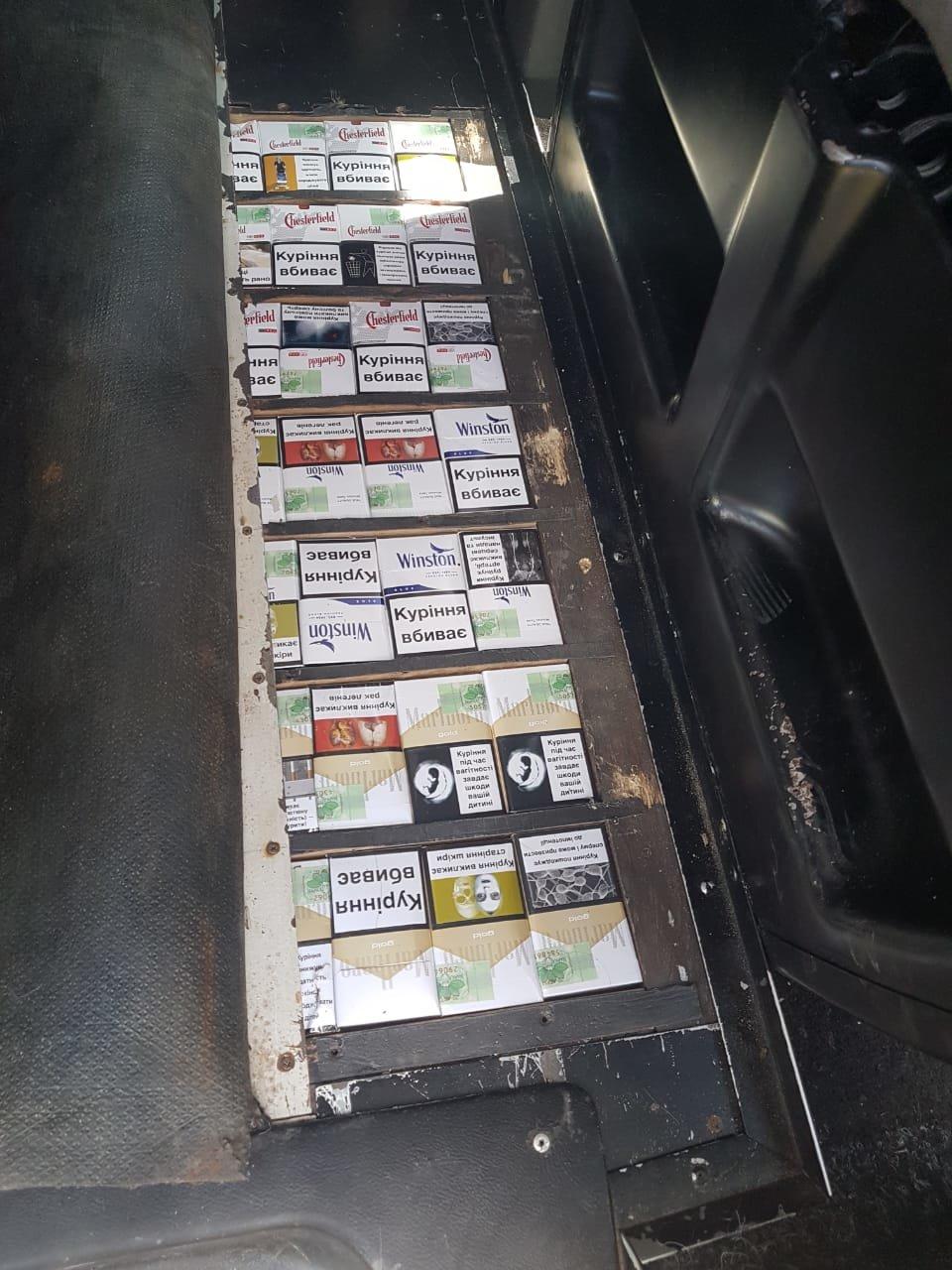 Закарпатські митники знайшли у двох мікроавтобусах подвійні днища з цигарками (ФОТО), фото-5