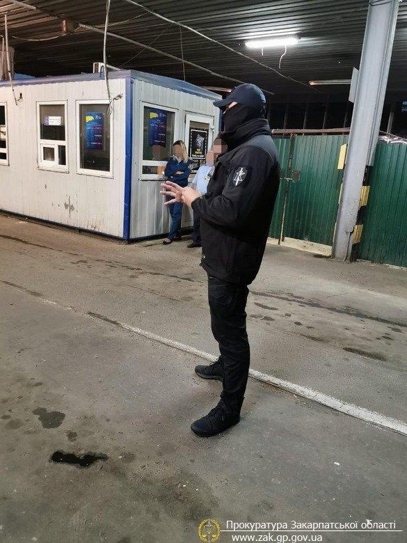 """На митному посту """"Ужгород"""" працівників ДФС викрито на організації схеми отримання хабарів (ФОТО), фото-3"""