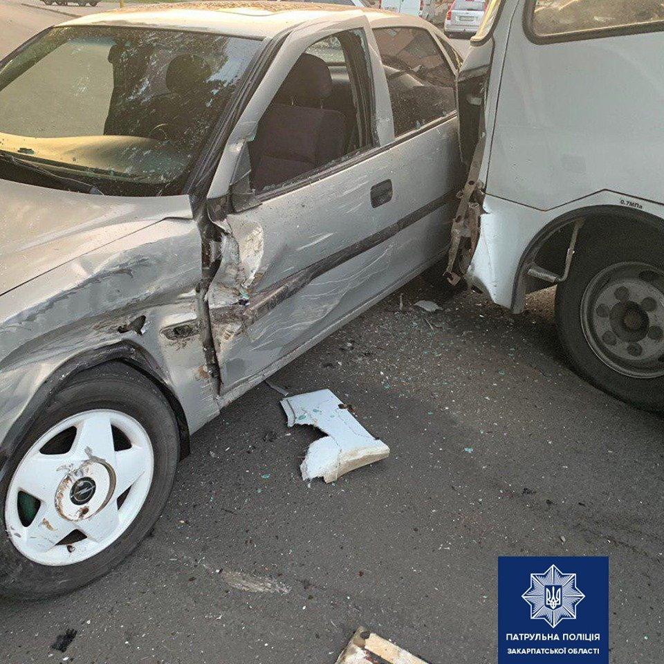 В Ужгороді водій Opel заснув за кермом та зіткнувся з автобусом (ФОТО), фото-2