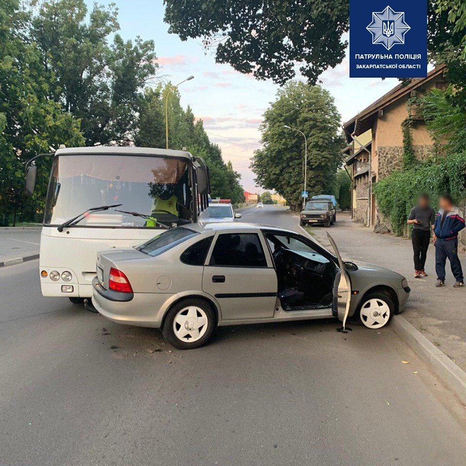 В Ужгороді водій Opel заснув за кермом та зіткнувся з автобусом (ФОТО), фото-1