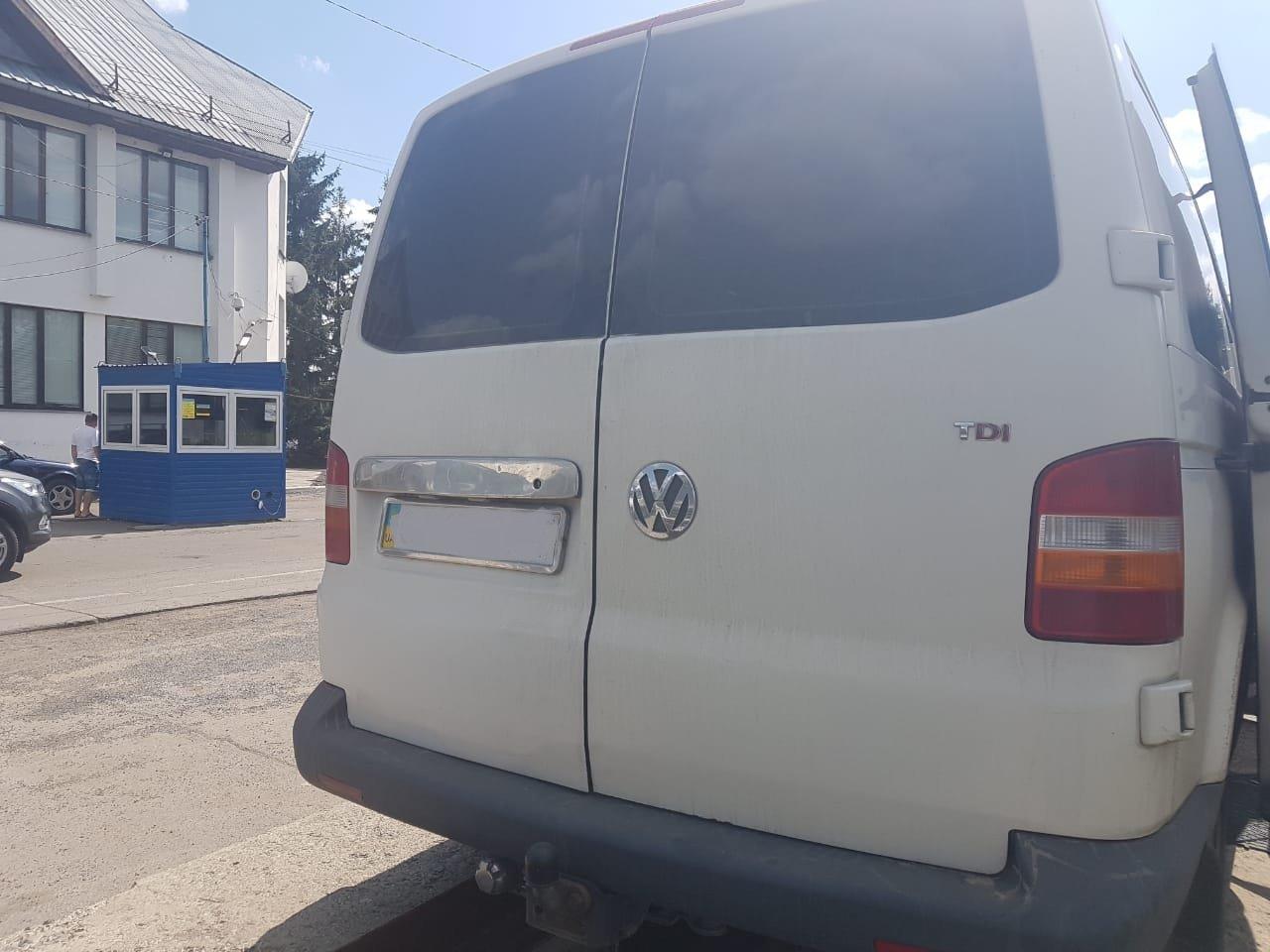 Закарпатські митники знайшли у двох мікроавтобусах подвійні днища з цигарками (ФОТО), фото-6