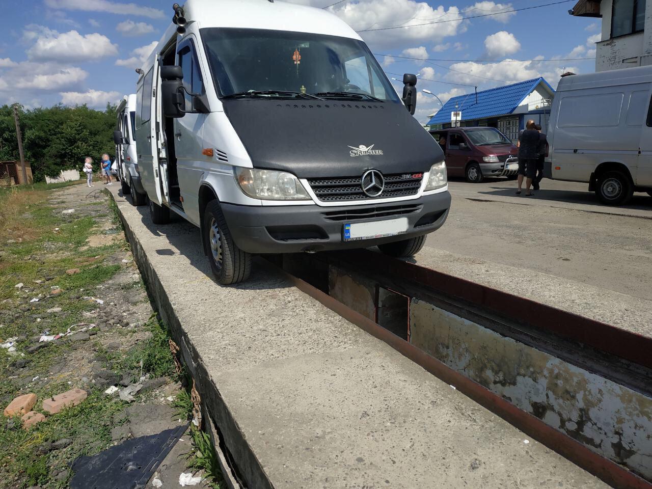 Закарпатські митники знайшли у двох мікроавтобусах подвійні днища з цигарками (ФОТО), фото-1