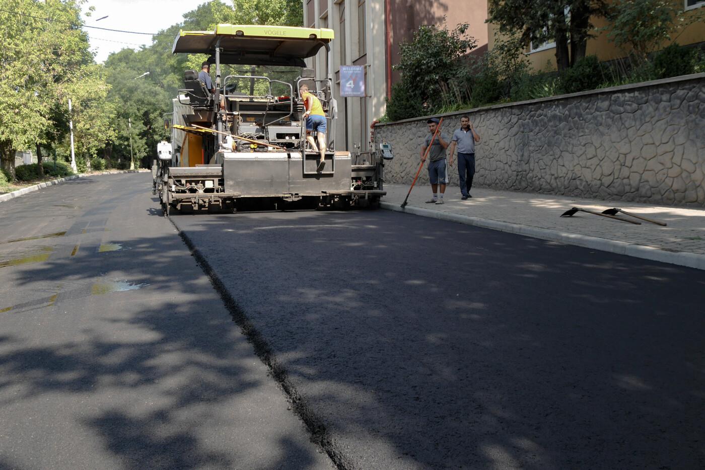 На Собранецькій в Ужгороді укладають остаточний шар покриття (ФОТО), фото-1