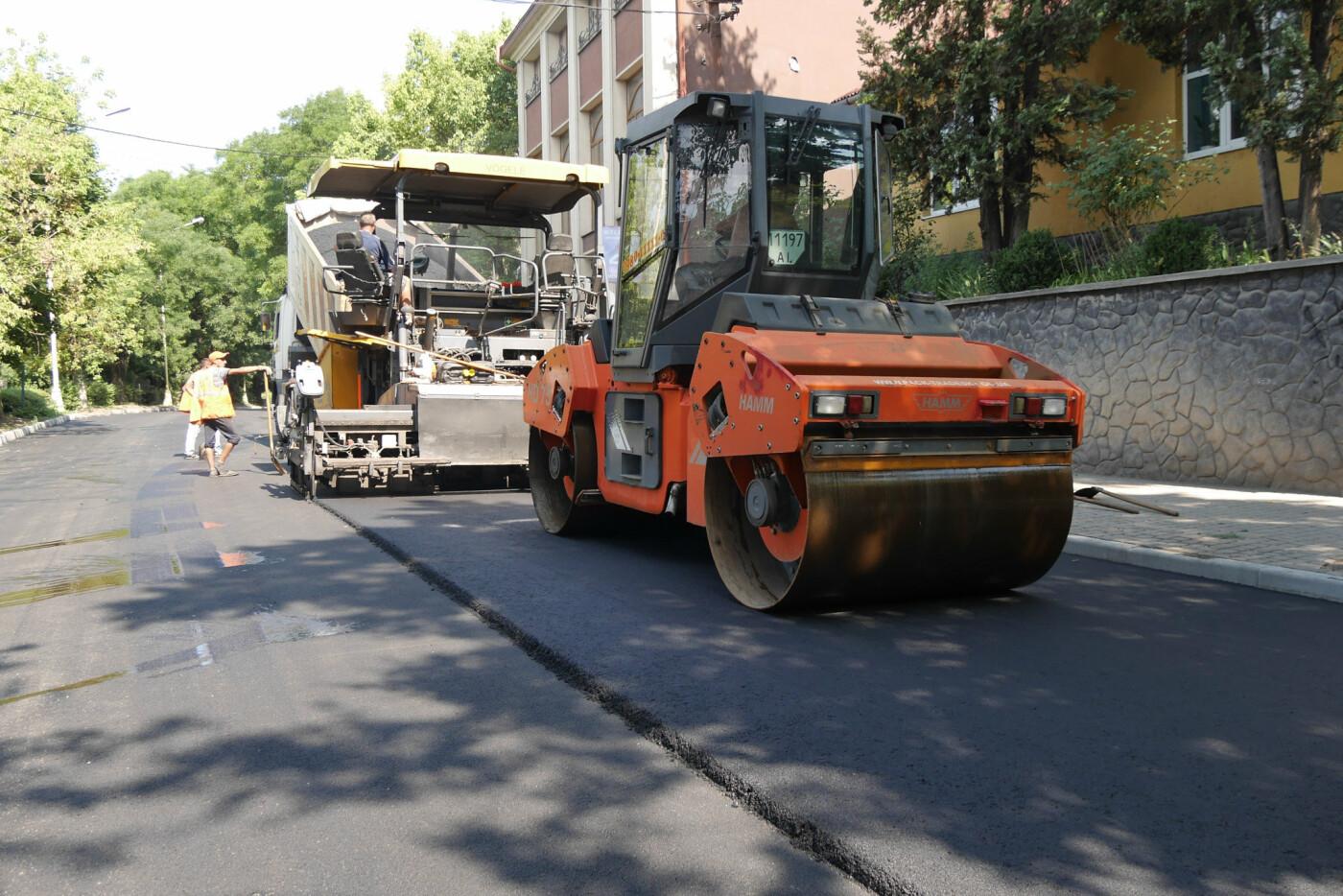 На Собранецькій в Ужгороді укладають остаточний шар покриття (ФОТО), фото-3