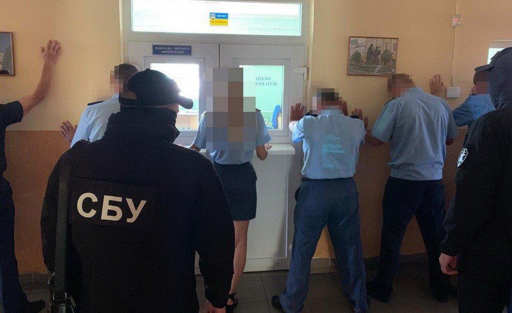 Посадовців Закарпатської митниці ДФС викрито на зловживаннях на понад 500 тисяч гривень (ФОТО), фото-2