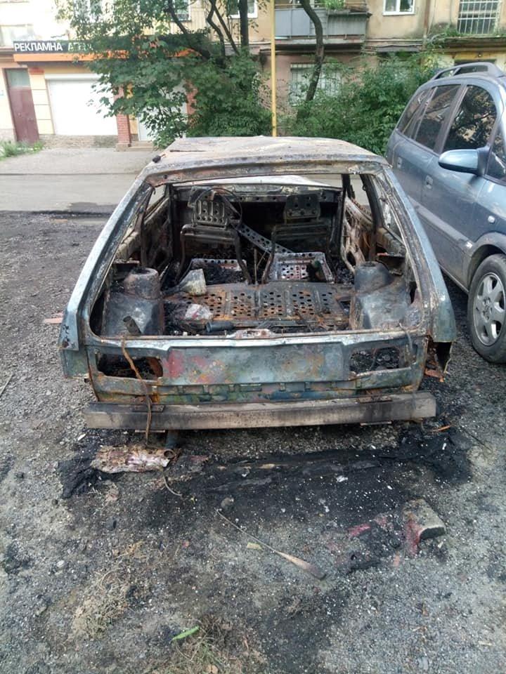 Ужгородець показав фото свого спаленого авто та попросив очевидців відгукнутись (ФОТО), фото-2