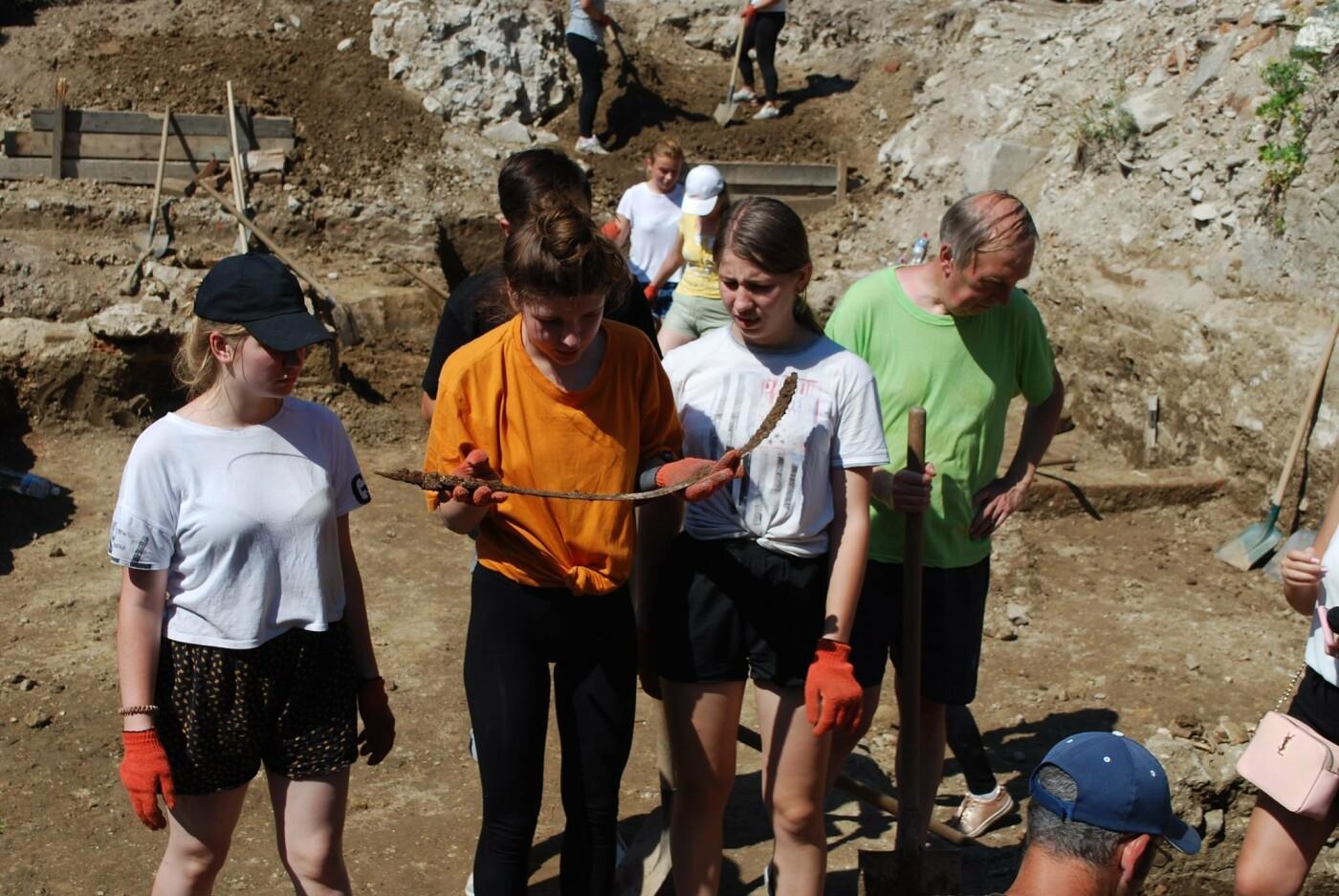 В Ужгороді під час археологічної експедиції студенти-історики виявили цілу низку цікавих артефактів  (ФОТО), фото-1