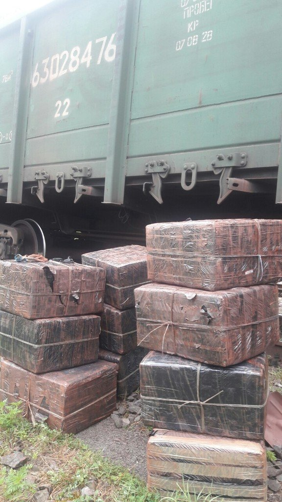 Закарпатські митники знайшли у потязі з рудою, що прямував до Словаччини майже 9 тис пачок цигарок (ФОТО), фото-3