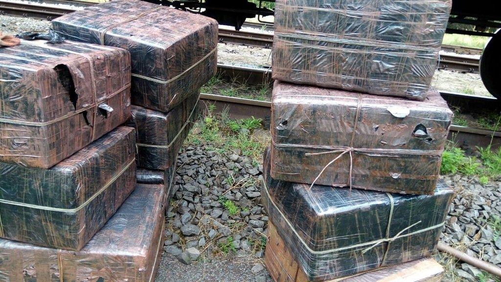 Закарпатські митники знайшли у потязі з рудою, що прямував до Словаччини майже 9 тис пачок цигарок (ФОТО), фото-4