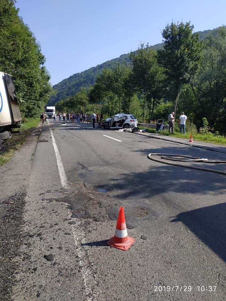 У поліції Закарпаття розповіли про зіткнення вантажівки та «Volkswagen Tiguan», внаслідок якого загинуло троє людей (ФОТО), фото-5