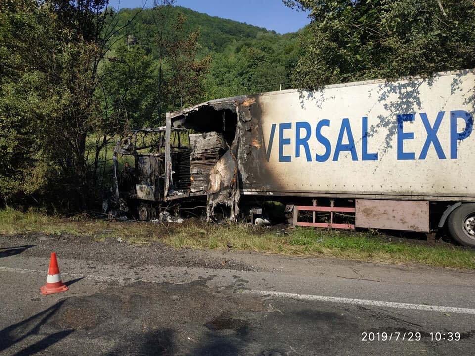 У поліції Закарпаття розповіли про зіткнення вантажівки та «Volkswagen Tiguan», внаслідок якого загинуло троє людей (ФОТО), фото-4