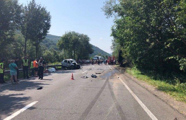У поліції Закарпаття розповіли про зіткнення вантажівки та «Volkswagen Tiguan», внаслідок якого загинуло троє людей (ФОТО), фото-1