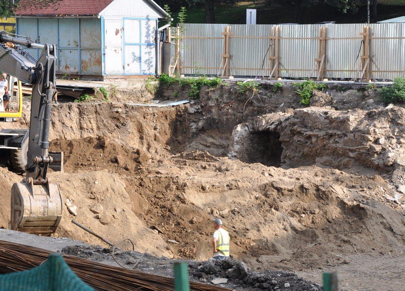 В Ужгороді на Поштовій виявлено ще один вхід у підвал - будівельні роботи не припиняють (ФОТОФАКТ) , фото-1