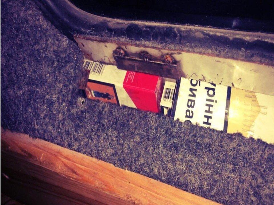 """Контрабандист спробував провезти через КПП """"Тиса"""" цигарки під обшивкою у мікроавтобусі (ФОТО), фото-3"""