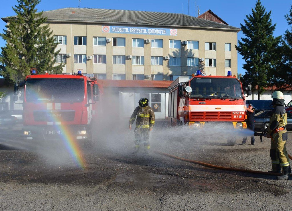 Закарпатські вогнеборці провели колегу на пенсію у незвичний спосіб (ФОТО), фото-1