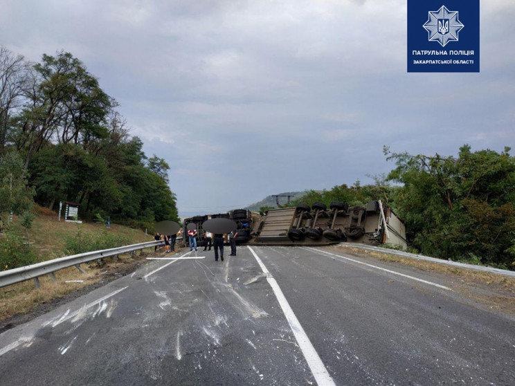 На Мукачівщині перекинулась фура і перекрила рух автотранспорту (ФОТО), фото-1