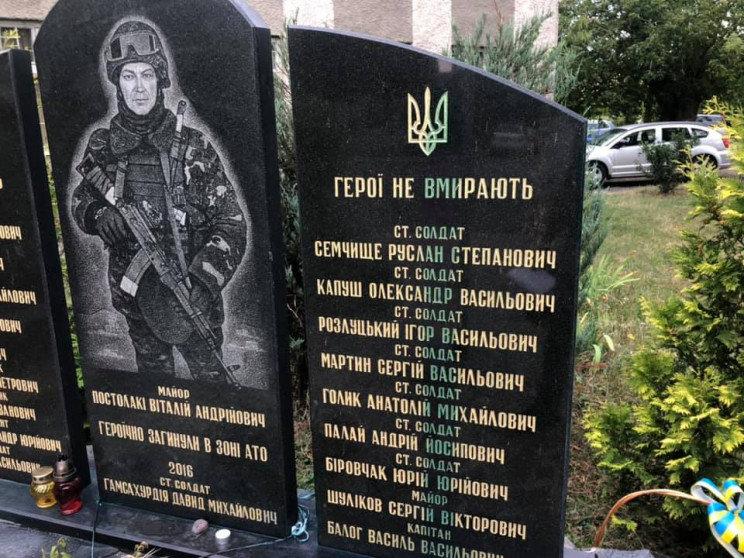 Поліція Ужгорода встановлює обставини вандалізму над меморіалом загиблим воїнам АТО, фото-1