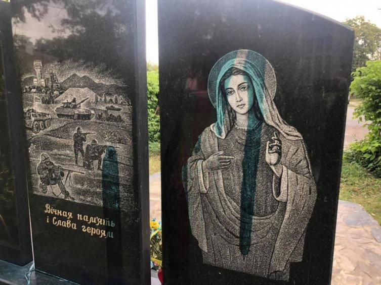В Ужгороді на площі Постолакі вандали познущались з меморіалу загиблим воїнам АТО (ФОТО), фото-3