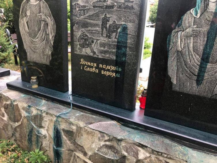 В Ужгороді на площі Постолакі вандали познущались з меморіалу загиблим воїнам АТО (ФОТО), фото-2