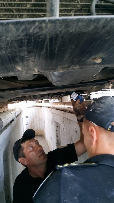 Закарпатські прикордонники зупинили автомобіль, в якому  коробка передач була запакована цигарками (ФОТО), фото-3