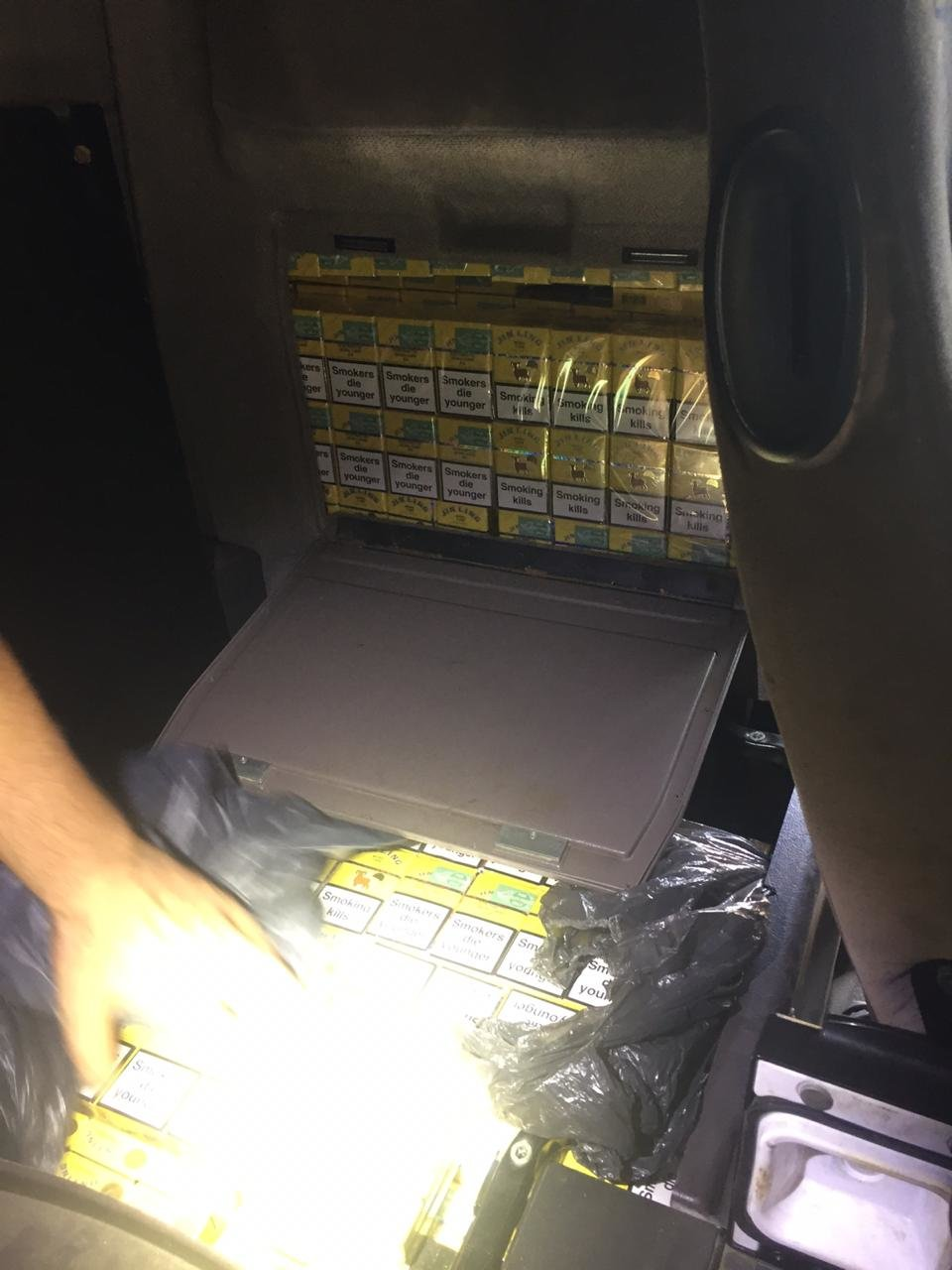 Українець у тягачі через Закарпаття віз контрабандні цигарки до Румунії (ФОТО), фото-2