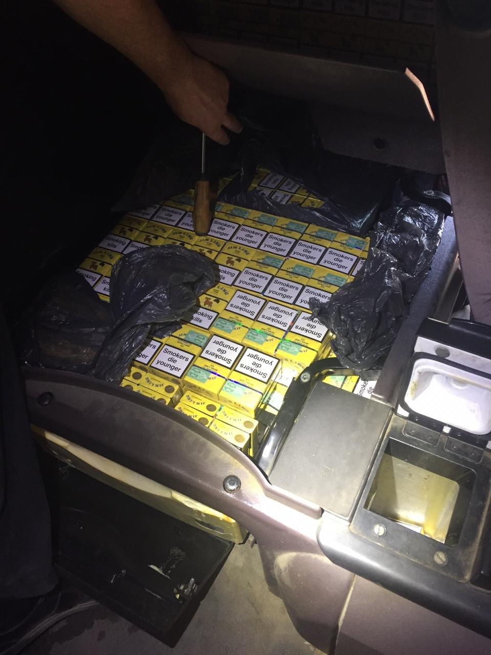 Українець у тягачі через Закарпаття віз контрабандні цигарки до Румунії (ФОТО), фото-1