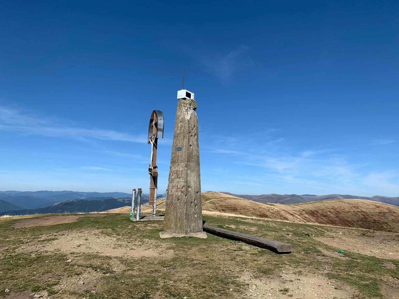 Невідомі залишили на вершині закарпатських гір мікрохвильовку (ФОТО), фото-1